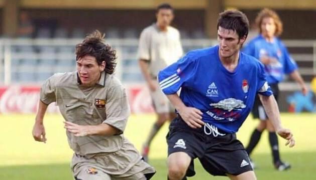 Messi, con Amatriain, en un partido en 2004 en Tafalla.
