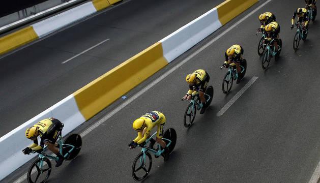 Los corredores del Jumbo Vista, durante la contrarreloj por equipos del Tour de Francia en la que consiguieron la victoria.