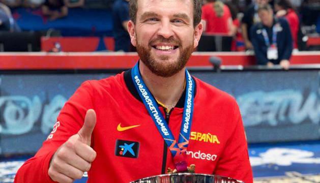 César Rupérez, con la medalla y copa tras las celebraciones por el título de campeonas de Europa.