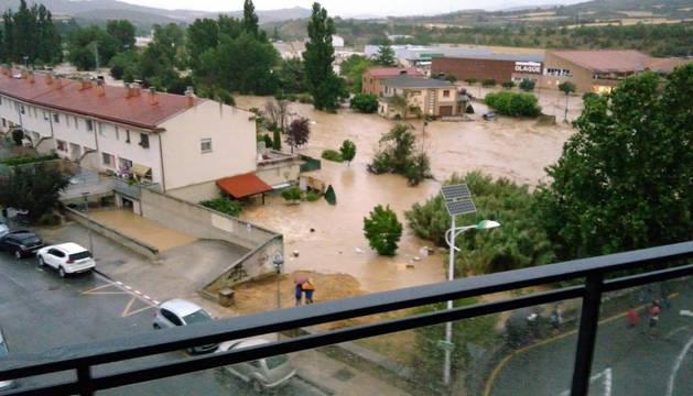 Tafalla y Pueyo han sido dos de las localidades más afectadas por las lluvias en este lunes negro, que ha dejado estampas impresionantes, con coches arrastrados, carreteras derrumbadas y ríos desbordados.