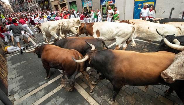 Imágenes del segundo encierro de los sanfermines 2019 protagonizado por toros de Cebada Gago.