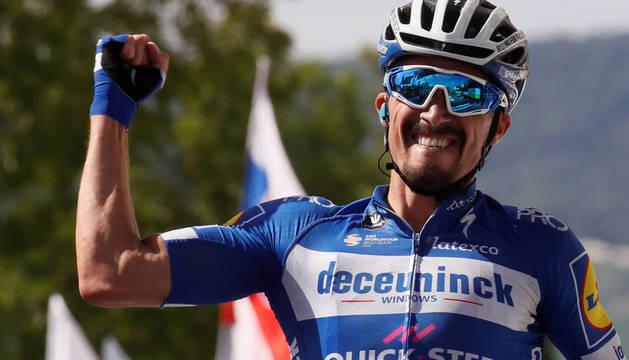 Julien Alaphilippe celebra su victoria en Épernay.