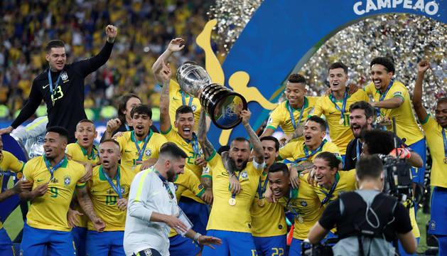 Los jugadores brasileños celebran su título.