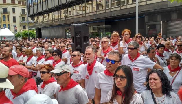 Imagen de los asistentes al acto homenaje a los agredidos en los Sanfermines del 78.