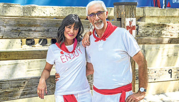 Elena S. Sánchez y Javier Solano, presentadores de 'Vive San Fermín'.
