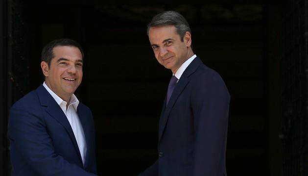 El nuevo primer ministro, Kyriakos Mitsotakis junto a Alexis Tsipras.