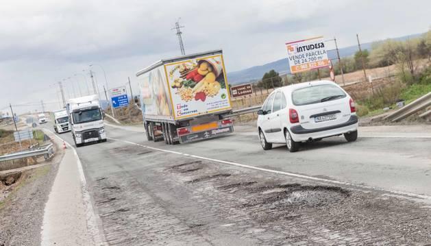 Los camiones circulaban en abril de 2018 por el tramo de la N-121-C en Tudela, muy dañado, antes de que se repavimentara.