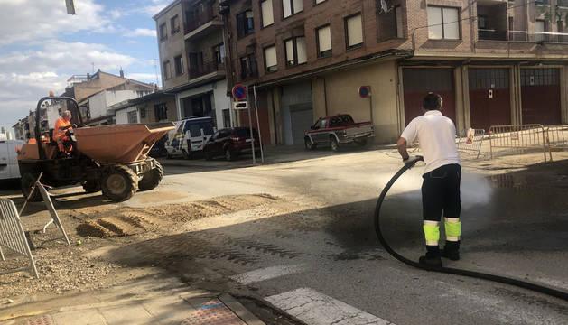 La brigada adrianesa procedió este martes a la limpieza de calles como la Carretera de Estella.