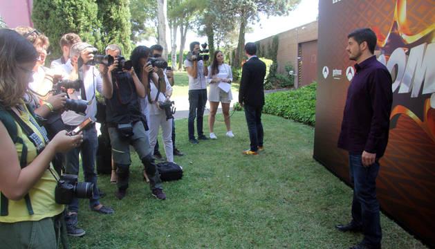 Foto de Manu Zapata posa ante los medios de comunicación antes de la rueda de prensa que Los Lobos ofrecieron este martes en la sede de Atresmedia.