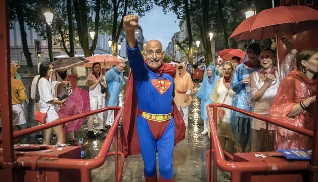 Fotos de Fernando Lizaur vestido de Superman 40 años después.