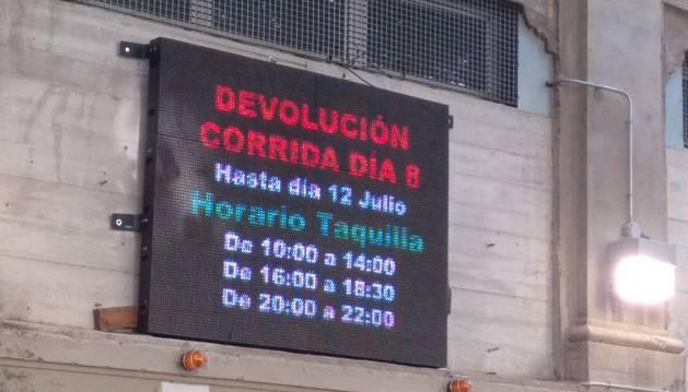Un panel anuncia los horarios de devolución del importe de las entradas.