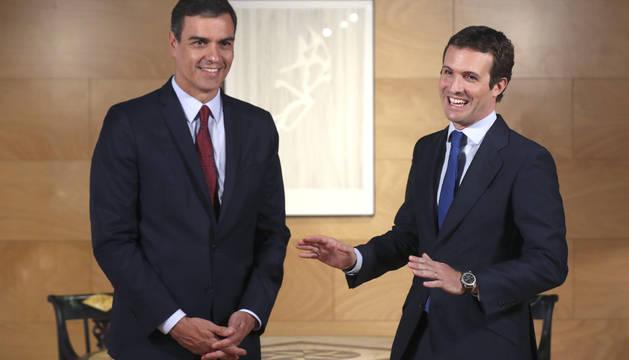 El presidente del Gobierno en funciones, Pedro Sánchez (i) conversa con el líder del PP, Pablo Casado, durante la entrevista que han mantenido en una nueva ronda de consultas para la investidura, este martes en el Congreso de los Diputados.