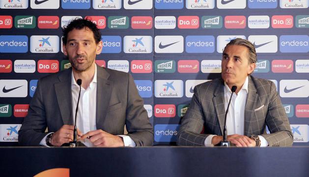 Jorge Garbajosa (i), y el seleccionador Sergio Scariolo (d), anuncian lista de jugadores convocados para preparación de la Copa del Mundo de China 2019.
