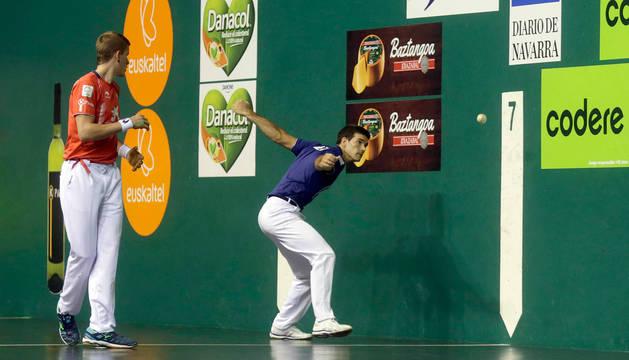 Zabaleta golpea la pelota en el partido del Labrit.