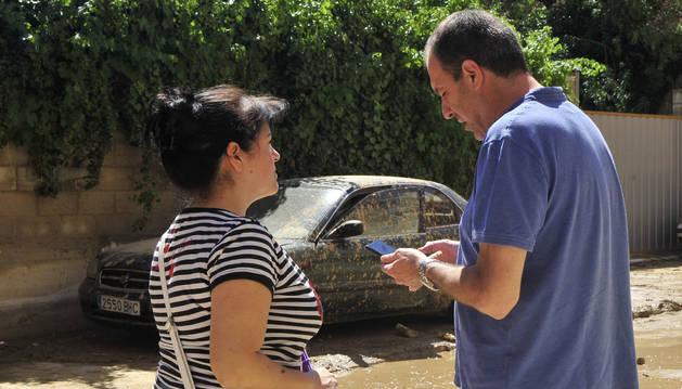 Foto de Amaya Ayerdi, propietaria del coche, es atendida por Mikel Senosiain.