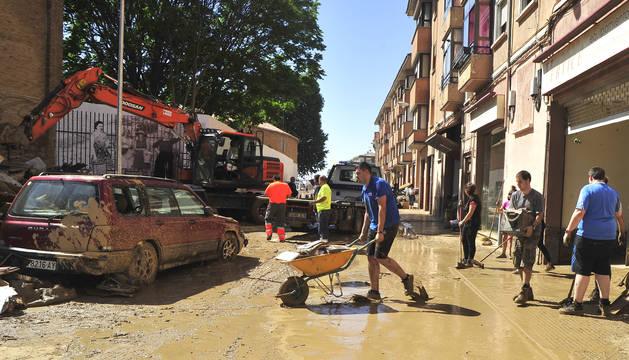 Vista de la calle Martínez Espronceda ayer, mientras los vecinos seguían sacando agua de los bajos.