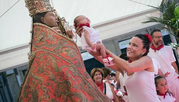 Fotos de la ofrenda floral infantil a San Fermín