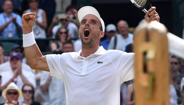 Roberto Bautista celebra su clasificación para las semifinales de Wimbledon.