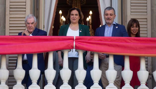 La alcaldesa de Barcelona, Ada Colau (2i), junto con los concejales de ERC, Ernest Maragall (i), PSC Jaume Collboni (2d) y de Ciudadanos Marilén Barceló (d).