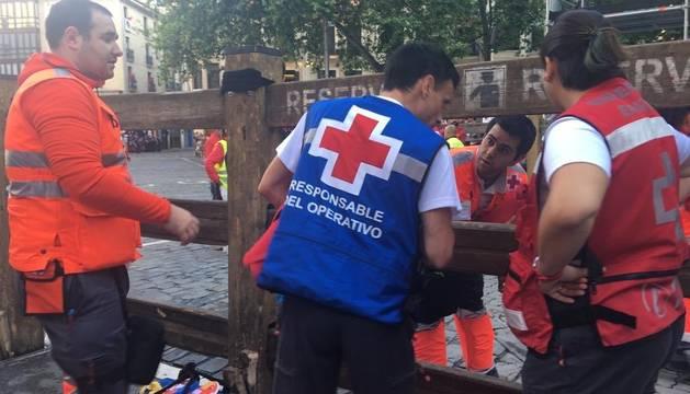 Miembros de Cruz Roja, este miércoles, en el cuarto encierro con los Jandilla.