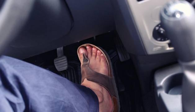 ¿Se puede conducir con chanclas?