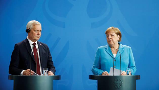 Foto de Angela Merkel, junto al jefe de Gobierno de Finlandia, Antti Rinne.