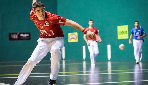 Iker Irribarria golpea la pelota en el partido de este martes.