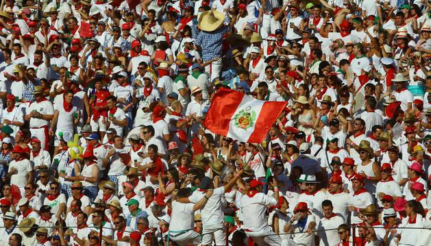 Foto de en los tendidos de sol ondearon grandes banderas peruanas en referencia a Roca Rey.