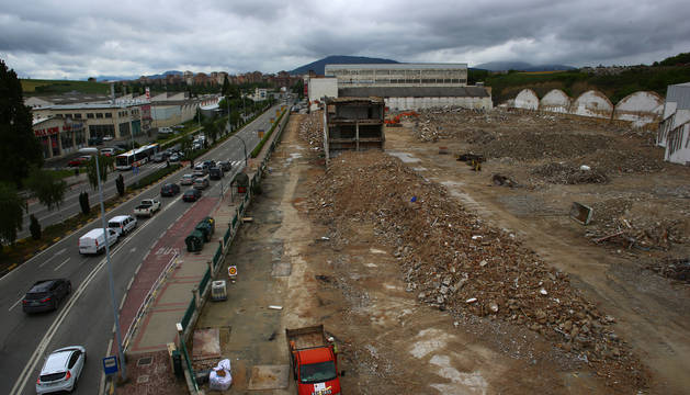Foto del solar que ocupaba la antigua Super Ser, en la entrada a Pamplona, y que ya ha sido derribada por Erri Berri.