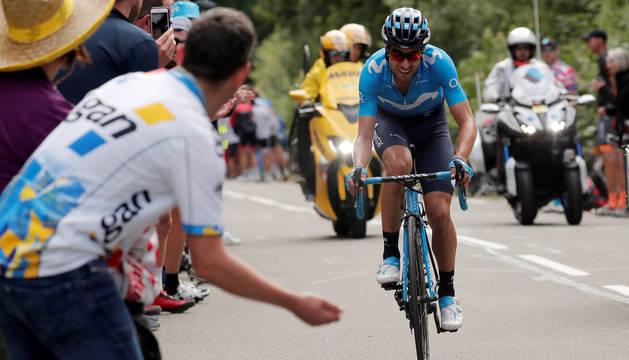 Mikel Landa, jaleado por los aficionados, en la última subida de la primera etapa de montaña.