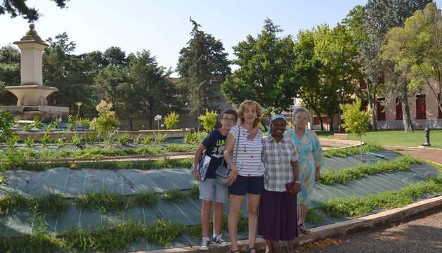 Foto de Raúl Merino, Yolanda Rivas, Marie Louise Masika y Carmen Baile en la parte central del parque.