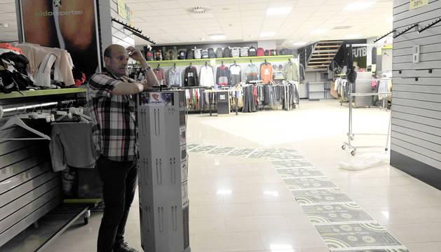 José Antonio Sanz se muestra pensativo en su tienda.