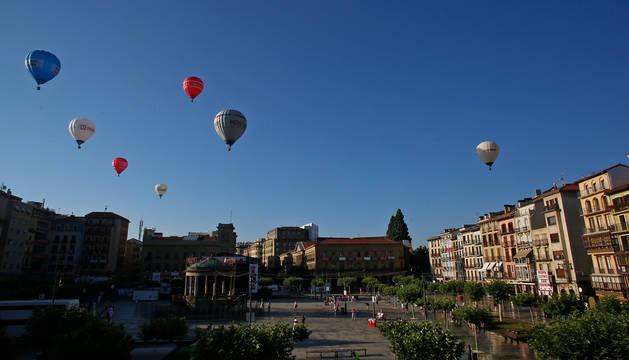 Imagen de varios globos aerostáticos sobrevolando la plaza del Castillo estos Sanfermines.