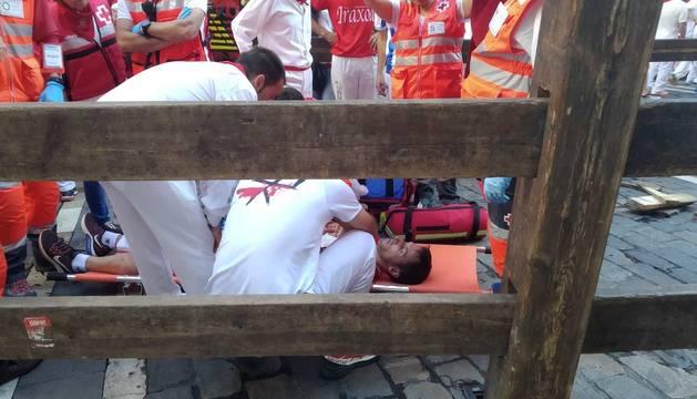 Uno de los heridos del quinto encierro de San Fermín de 2019 con los Victoriano del Río
