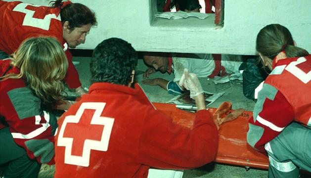 Foto de los efectivos de la Cruz Roja, tras la cogida.
