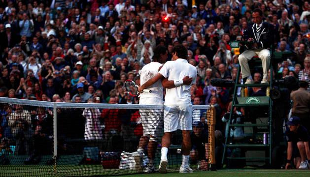 Nadal y Federer en una imagen de la final disputada entre ambos el 6 de julio de 2008.