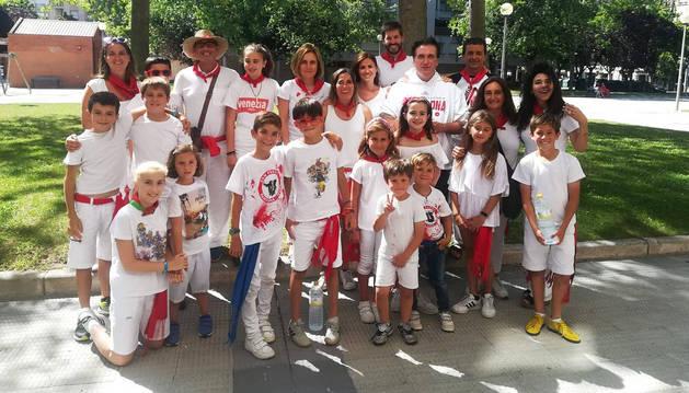 Daniel Baldwin, a la derecha, con sudadera blanca de manga larga, con un grupo de pamploneses en la plaza Félix Huarte.