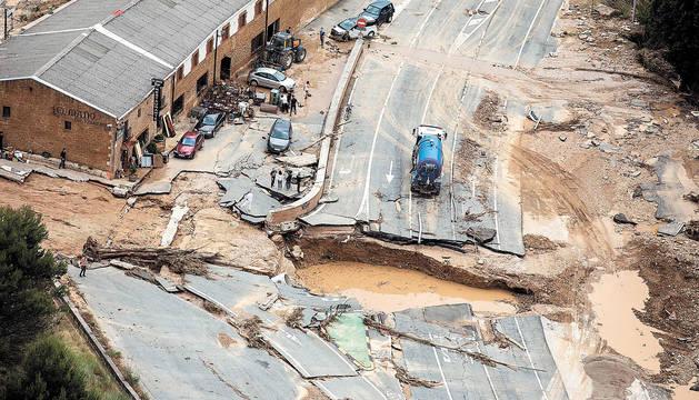 Vista aérea que muestra cómo quedó arrasada la Nacional 121 a la altura del restaurante El Maño de Pueyo.
