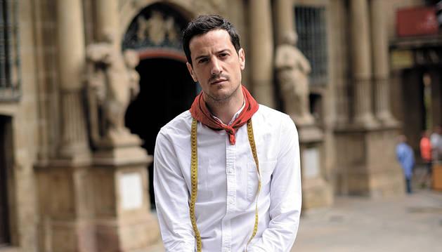 foto de El diseñador Mikel Colás, con la elegancia de quien disfruta de su rincón preferido en San Fermín, la plaza consistorial.
