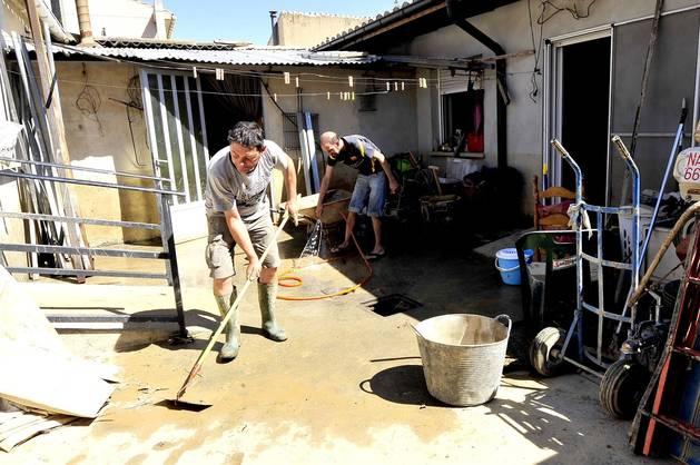 Pepe Ardanaz (propietario) y José Luis Jiménez limpian la vivienda.