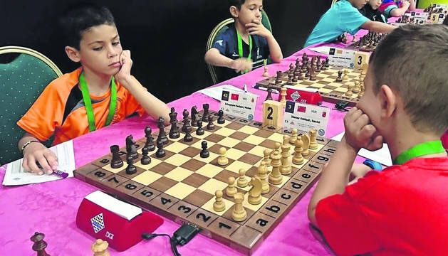 Mateo Echegoyen (izda) piensa una jugada, delante de su rival, en el campeonato de Salobreña (Granada).