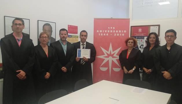 La junta de gobierno del Colegio de Abogados de Estella entregó el diploma a Francisco Manuel Gómez, que aparece en la imagen con el reconocimiento recibido.