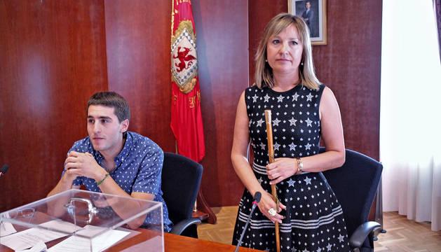 López, con la vara de mando, en la constitución del Ayuntamiento.