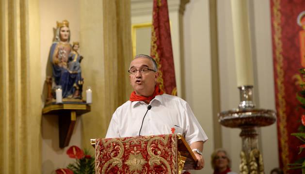Foto del alcalde Enrique Maya en el el homenaje a personas centenarias.