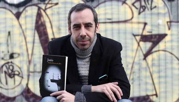 foto de Carlos Bassas del Rey, en febrero de 2018 con su novela 'Justo'
