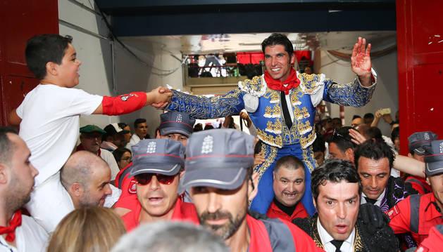 foto de Cayetano es sacado a hombros por la puerta grande de la Plaza de Toros de Pamplona
