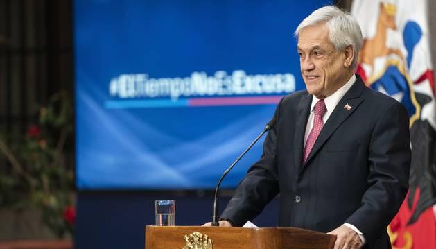 Fotografía cedida por la Presidencia de Chile que muestra al mandatario chileno, Sebastián Piñera, mientras habla durante firma y promulgación este jueves de la ley de imprescriptibilidad de delitos sexuales contra menores.