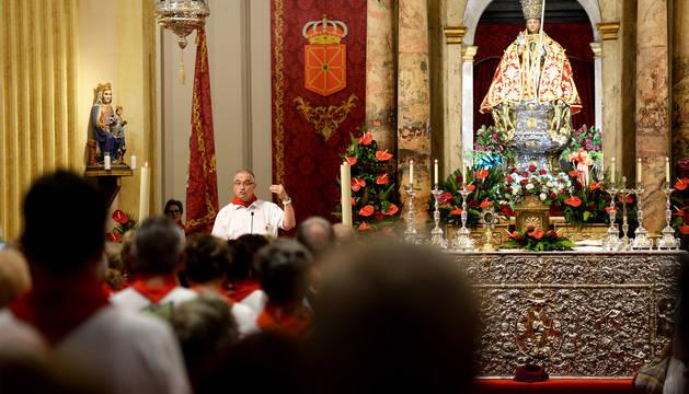 El alcalde, Enrique Maya, durante la misa del Día de los Mayores.