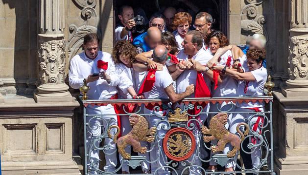 foto de Forcejeo en el chupinazo por intentar colocar la ikurriña en un balcón del Ayuntamiento de Pamplona.