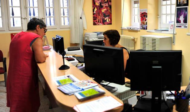 foto de Una vecina hace gestiones en la Oficina Única de Reclamaciones de Olite.